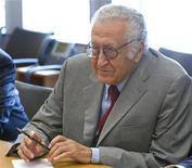 O enviado internacional Lakhdar Brahimi repousa em Nova York, EUA. Brahimi disse após conversas com autoridades russas e norte-americanas neste domingo que concordaram que ainda era possível encontrar uma solução política à profunda crise na Síria. 24/08/2012 REUTERS/ONU/JC McIlwaine/Divulgação