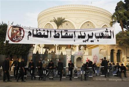 Police stand guard outside the Egyptian presidential palace in Cairo December 9, 2012. REUTERS/Asmaa Waguih