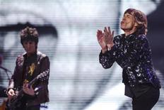 Ronnie Wood (esquerda) e Mick Jagger, dos Rolling Stones, se apresentam no Barclays Center, em Nova York, Estados Unidos, no sábado. 08/12/2012 REUTERS/Lucas Jackson