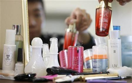 Malaysian make-up artist Alex Gun applies cosmetics, some of which are South Korean-made, at his apartment in Petaling Jaya outside Kuala Lumpur December 7, 2012. REUTERS/Bazuki Muhammad