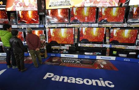 People look at Panasonic Corp's Viera TV screens displayed in an electronics store in Tokyo November 15, 2012. REUTERS/Toru Hanai/Files