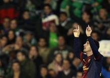El delantero del Barcelona del fútbol español Lionel Messi estableció un récord de goles anotados en un año, con 86, cuando anotó el domingo su segundo tanto de la noche en un partido de la Liga contra el Real Betis, superando la marca de 85 goles Gerd Müller, vigente por 40 años. En la imagen, Messi celebra su primer gol contra el Real Betis durante el partido de Liga en el estadio Benito Villamarín, en Seville, el 9 de diciembre de 2012. REUTERS/Marcelo del Pozo