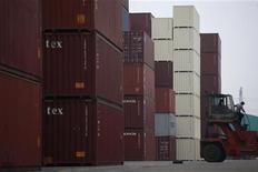 <p>Dans le port de Shanghai. Les exportations chinoises ont augmenté en novembre mais à un rythme beaucoup plus faible que prévu tandis que les importations sont restées sables. Les exportations de la deuxième économie mondiale ont augmenté de 2,9%, nettement en dessous des attentes qui se situaient à 9% et par rapport au rythme de 11,6% en octobre. /Photo prise le 10 novembre 2012/REUTER/Aly Song</p>