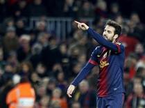 <p>Touché à la cuisse lors du match de Liga contre le Betis Séville, dimanche, le milieu de terrain du FC Barcelone Cesc Fabregas sera absent pour une durée de trois à quatre semaine. /Photo prise le 1er décembre 2012/REUTERS/Gustau Nacarino</p>