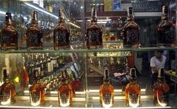 Бутылки виски стоят в магазине в Ханое, 6 июня 2012 года. Британский алкогольный гигант Diageo Plc ведет переговоры с японским производителем алкоголя Suntory о совместной покупке американской компании Beam более чем за $10 миллиардов, сообщила газета Sunday Telegraph со ссылкой на неназванные источники. REUTERS/Kham