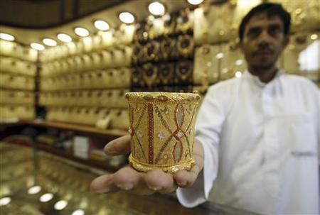Mahdi al-Mehri, 28, a Saudi jeweller, displays gold bangle in a jewellery shop at the surrounding area of the Grand Mosque during the annual haj pilgrimage in the holy city of Mecca October 20, 2012. REUTERS/Amr Abdallah Dalsh/Files