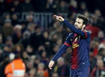 El centrocampista del Barcelona Cesc Fàbregas estará fuera de acción entre tres y cuatro semanas después de lesionarse un músculo del muslo en los primeros compases de la victoria por 2-1 del conjunto azulgrana frente al Betis el domingo en Liga. En la imagen, de 1 de diciembre, Cesc Fàbregas celebra el gol que le endosó al Athletic de Bilbao en un partido de Liga en el Camp Nou. REUTERS/Gustau Nacarino