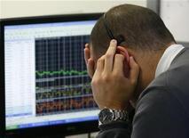 Un trader al lavoro. REUTERS/Andrea Comas