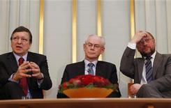 <p>Le président de la Commission européenne José Manuel Barroso, le président du Conseil européen Herman Van Rompuy, président du Conseil européen, et Martin Schulz, président du Parlement européen (de gauche à droite) lors d'une conférence de presse à l'institut Novel à Oslo. Les représentants de trois des principales institutions européennes vont recevoir lundi à Oslo, capitale norvégienne, le prix Nobel de la paix 2012, dont l'attribution en octobre à l'Union européenne avait surpris les observateurs et consterné les eurosceptiques. /Photo prise le 9 décembre 2012/REUTERS/Suzanne Plunkett</p>