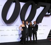 """James Bond mostró un notable poder cuando la última entrega de la serie de espías, """"Skyfall"""", se hizo con el liderazgo en taquilla y recaudó 11 millones de dólares (unos millones de euros) en su quinta semana en los cines de Estados Unidos y Canadá, superando a """"Lincoln"""" de Steven Spielberg y a """"Crepúsculo La Saga: Amanecer Parte 2"""", la última entrega de la exitosa serie de vampiros. En la imagen, de 30 de octubre, el elenco de protagonistas salvo Javier Bardem posan con el director de la última entrega de James Bond, Sam Mendes. REUTERS/Tobias Schwarz"""
