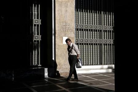 An elderly man walks outside the Bank of Greece in Athens November 9, 2012. REUTERS/Yorgos Karahalis
