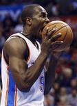 La NBA ha multado a Stephen Jackson de San Antonio Spurs con 25.000 dólares (unos 19.400 euros) por amenazar al español de Oklahoma City Serge Ibaka en Twitter, informó la Liga. En la imagen, de 21 de noviembre, el alero de los Thunder de Oklahoma Serge Ibaka muerde el balón en un partido contra los Clippers en Oklahoma. REUTERS/Bill Waugh