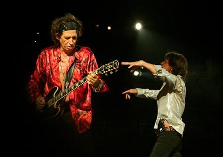 Mick Jagger and Keith Richards at the opening venue of the band's 'Bigger Bang' European tour in Milan, July 11, 2006. REUTERS/Giorgio Dovigi