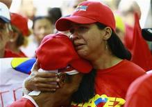 Сторонники венесуэльского президента Уго Чавеса плачут во время акции в его поддержку в Маракайбо 9 декабря 2012 года. Президент Венесуэлы Уго Чавес впервые назвал преемника, прежде чем вернуться на Кубу для очередной операции по удалению раковой опухоли. REUTERS/Isaac Urrutia