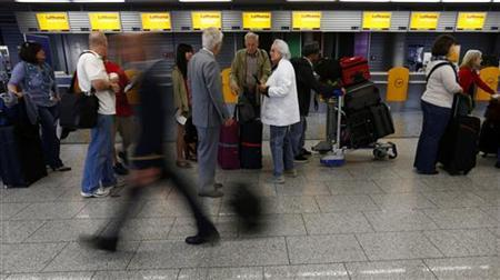 Passengers of German air carrier Lufthansa queue in front of check-in counters at the Fraport airport in Frankfurt September 4, 2012. REUTERS/Kai Pfaffenbach (GERMANY - Tags: BUSINESS EMPLOYMENT CIVIL UNREST TRANSPORT)