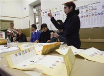 Un momento dello spoglio elettorale delle elezioni regionali di ottobre. REUTERS/Massimo Barbanera