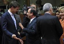 El Ministerio de Finanzas de Alemania no prevé que la decisión del primer ministro italiano, Mario Monti, de dimitir vaya a desestabilizar a la zona euro, dijo una portavoz el lunes. En la imagen, el primer ministro de Italia Mario Monti y la canciller alemana Angela Merkel hablan, mientras al lado se saludan el primer ministro de Holanda Mark Rutte y el presidente francés François Hollande, durante una cumbre de líderes de la Unión Europea en la sede del Consejo Europeo, en Bruselas, el 18 de octubre de 2012. REUTERS/Yves Herman