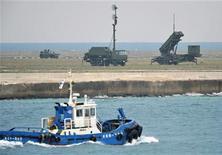 """Barcos passam pelas ilhas Ishigaki do Japão, diante de unidade de mísseis Partriot, nesta foto tirada pela agência Kyodo. Coreia do Norte prorrogou o prazo para o lançamento de um foguete de longo alcance em uma semana, após descobrir uma """"deficiência técnica"""", informou a agência estatal de notícias. 10/12/2012 REUTERS/Kyodo"""