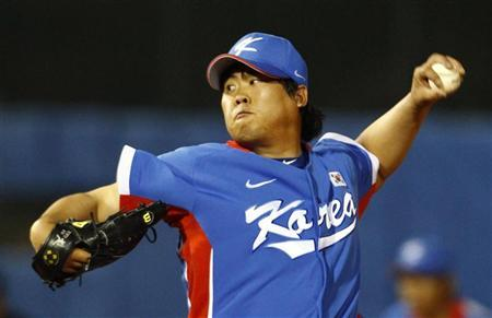 South Korea starting pitcher Ryu Hyun-jin pitches to Taiwan in the baseball final at the 16th Asian Games in Guangzhou, Guangdong province, November 19, 2010. REUTERS/David Gray