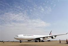 <p>Air France-KLM vise une rentabilité de 6% à 8% en 2015, pour se rapprocher des niveaux de ses concurrentes dans un contexte de compétition accrue et de prix du pétrole élevés. /Photo d'archives/REUTERS/Samrang Pring</p>