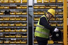 Funcionário trabalha em fábrica no Parque Industrial Shanghai Lingang, em Xangai. As exportações da China desaceleraram fortemente, crescendo bem abaixo do esperado para novembro, com alta de apenas 2,9 por cento, destacando obstáculos a uma economia que tem mostrado sinais sólidos de recuperação da atividade doméstica. 20/04/2012 REUTERS/Aly Song