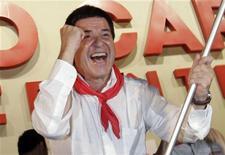 Horácio Cartes comemora após resultado das eleições primárias revelar que ele será o candidato presidencial do Partido Colorado, em Assunção, Paraguai. Um bem-sucedido empresário paraguaio vai liderar os esforços do Partido Colorado, de direita, para tentar recuperar a Presidência na eleição de abril, depois de quatro anos à margem do poder. 9/12/2012 REUTERS/Jorge Adorno