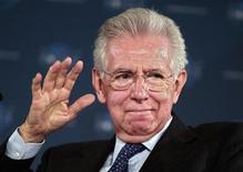 <p>La perspective de voir Mario Monti abandonner prochainement la tête du gouvernement italien a ravivé lundi les inquiétudes suscitées par la situation économique et politique de la péninsule, sur les marchés comme parmi les dirigeants européens. Le président du Conseil a annoncé samedi qu'il démissionnerait sitôt le projet de budget 2013 adopté par le parlement. /Photo prise le 8 décembre 2012/REUTERS/Eric Gaillard</p>