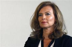 <p>La défense de Valérie Trierweiler, compagne du chef de l'Etat, a produit lundi des lettres de François Hollande et du ministre de l'Intérieur, Manuel Valls, pour appuyer des poursuites en diffamation contre un livre de deux journalistes. La défense s'est déclarée stupéfaite de ces démarches qui constituent à ses yeux une pression du pouvoir exécutif sur la justice. /Photo prise le 20 septembre 2012/REUTERS/Jacky Naegelen</p>