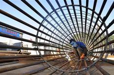 <p>Chantier de construction dans la province chinoise du Zheijiang. La puissance économique de la Chine devrait dépasser celle des Etats-Unis dans moins de vingt ans et d'ici 2030 l'Asie s'imposera comme première puissance mondiale devant l'Amérique du Nord et l'Europe réunies, selon un rapport des services de renseignement américains rendu public lundi. /Photo prise le 6 décembre 2012/REUTERS/China Daily</p>