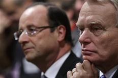 <p>François Hollande et Jean-Marc Ayrault perdent respectivement deux et cinq points de bonnes opinions dans un sondage Ifop pour Paris Match diffusé lundi et effectué au lendemain de l'accord sur le site sidérurgique de Florange. /Photo prise le 19 novembre 2012/REUTERS/Philippe Wojazer</p>