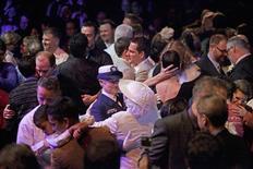 Cientos de personas soportaron el frío y la lluvia para celebrar 133 bodas en el Ayuntamiento de Seattle el domingo, en el primer día en vigor de una ley que permite los matrimonios entre personas del mismo sexo en el estado de Washington. En la imagen, de 9 de diciembre, docenas de parejas recién casadas hacen su primer baile tras la entrada en vigor de la ley que permite el matrimonio homosexual en Seatle. REUTERS/Cliff Despeaux