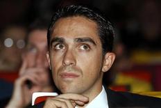 Saxo Bank-Tinkoff Bank, el equipo del bicampeón del Tour de Francia Alberto Contador, recibió el lunes una plaza automática para las principales carreras ciclistas de 2013 a costa del Katusha, el equipo del número uno del mundo, Joaquim Rodríguez. En la imagen de archivo, el ciclista español Alberto Contador durante la presentación del itinerario del Tour de Francia 2013 en París, el 24 de octubre de 2012. REUTERS/Benoit Tessier