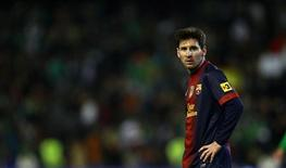 Lionel Messi, do Barcelona, repousa durante partida contra o Real Betis no Estádio Benito Villamarin em Sevilha, Espanha. 9/12/2012 REUTERS/Marcelo del Pozo