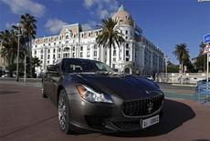 <p>La nouvelle Maserati Quattroporte dévolée à Nice. Le constructeur automobile Fiat a annoncé qu'il investirait 1,2 milliard d'euros dans sa filiale de voitures haut-de-gamme Maserati, dans l'espoir de gagner des parts sur le marché des véhicules de luxe face à ses concurrents allemands BMW et Porsche. /Photo prise le 10 décembre 2012/REUTERS/Eric Gaillard</p>