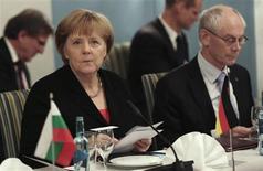 <p>La chancelière allemande Angela Merkel aux côtés du président du Conseil européen Herman Van Rompuy à l'occasion d'un repas accueilli par le Premier ministre pour la remise du Prix Nobel de la Paix à l'Union européenne. Les chefs d'Etat et de gouvernement de l'Union européenne devraient donner leur bénédiction à la Banque centrale européenne (BCE) dans son rôle de superviseur unique des banques de la zone euro cette semaine lors d'une réunion jeudi et vendredi à Bruxelles. /Photo prise le 10 décembre 2012/REUTERS/Daniel Sannum-Lauten/Pool</p>