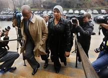 <p>Dominique Strauss-Kahn et la femme de chambre guinéenne qui l'a accusé d'agression sexuelle en mai 2011, ici avec son avocat Ken Thompson, ont conclu lundi un accord qui met un point final au procès au civil intenté à New York. Les deux parties ont conclu un accord dont les détails, y compris le montant des dommages, ne seront pas rendus publics. /Photo prise le 10 décembre 2012/REUTERS/Shannon Stapleton</p>