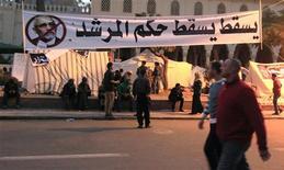 El presidente islamista de Egipto solicitó al Ejército que ayude a reforzar la seguridad durante el referéndum sobre la nueva Constitución que está determinado a impulsar pese al riesgo de que suscite más violencia entre simpatizantes y detractores que lo acusan de una toma de poder. En la imagen, manifestantes contrarios al presidente Mursi protestan cerca de sus campamentos instalados ante el palacio presidencial, en El Cairo, el 10 de diciembre de 2012. REUTERS/Mohamed Abd El Ghany