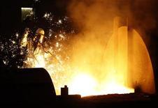 <p>ThyssenKrupp a publié une perte annuelle largement supérieure aux prévisions, en raison de dépréciations sur ses aciéries aux Etats-Unis et au Brésil. La perte s'établit à 4,7 milliards d'euros après minoritaires contre 1,3 milliard un an auparavant et un consensus Reuters la limitant à 985 millions d'euros. /Photo prise le 6 décembre 2012/REUTERS/Ina Fassbender</p>
