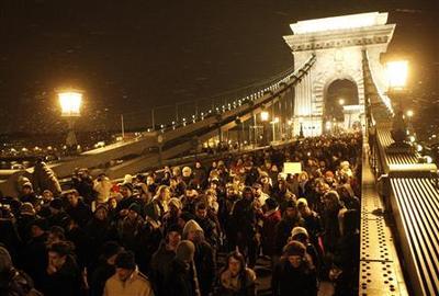 Hungarian students block Danube bridges in anti-cuts...
