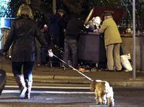 <p>Dans une rue de Nice. Le Premier ministre Jean-Marc Ayrault dévoilera ce mardi un plan pluriannuel de lutte contre la pauvreté dans un contexte de crise économique qui a fait exploser la précarité en France. /Photo prise le 10 décembre 2012/REUTERS/Eric Gaillard</p>