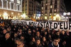 Miles de personas salieron a la calle en más de medio centenar de localidades catalanas para protestar contra el proyecto de reforma educativa que está elaborando el Gobierno de Mariano Rajoy y que, entre otras medidas polémicas, rebajaría el estatus de las tres lenguas cooficiales en España. En la imagen, activistas protestas contra el proyecto de reforma educativa del ministro José Ignacio Wert que revertiría la política linguística en varias autonomías, en la Plaza de Sant Jaume, en el centro de Barcelona, el 10 de diciembre de 2012. REUTERS/Gustau Nacarino