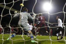 <p>But de la tête de l'attaquant de Fulham Hugo Rodallega (au centre). Fulham a décroché lundi sa première victoire en huit rencontres de Premier League s'imposant sur sa pelouse de Craven Cottage 2-1 face à Newcastle. /Photo prise le 10 décembre 2012/REUTERS/Eddie Keogh</p>