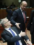 """Europa debe continuar con sus """"reformas estructurales de largo alcance"""" que han ayudado a equilibrar la economía de la zona euro y reconstruir la confianza, dijo el martes el mayor funcionario financiero del bloque, Olli Rehn, en un artículo de opinión en el diario Financial Times. En la imagen, el ministro de Economía español, Luis de Guindos, saluda al comisario europeo de Economía y Asuntos Monetarios, Olli Rehn (I), durante una reunión de la UE en Bruselas, el 4 de diciembre de 2012. REUTERS/Francois Lenoir"""