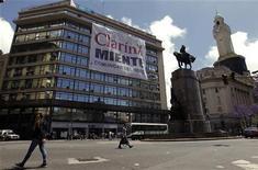 El Tribunal Supremo de Argentina rechazó el lunes una petición del Gobierno para que se aplique en su totalidad una ley de medios que obligaría al conglomerado de comunicación más grande del país, Clarín, a desprenderse de decenas de licencias audiovisuales. En la imagen, una gran pancarta contra Clarín cuelga del edificio de la agencia de estdaísticas INDEC de Argentina, en Buenos Aires, el 14 de noviembre de 2012. REUTERS/Marcos Brindicci