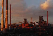 Доменная печь на сталелитейном заводе ThyssenKrupp AG в Дуйсбурге 2 октября 2012 года. Крупнейшая сталелитейная компания Германии ThyssenKrupp AG завершила финансовый год с убытком в 4,7 миллиарда евро из-за уценки предприятий в США и Бразилии, которые компания пытается продать. REUTERS/Ina Fassbender