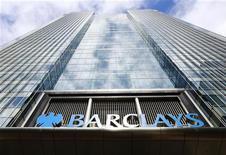 La filial española de la entidad británica Barclays Bank ha sido sancionada por el regulador bursátil español con 600.000 euros por colocar en 2008 productos financieros con un nivel de riesgo inadecuado para el perfil de los clientes. En la imagen, la sede central del banco Barclays en Canary Wharf, en el este de Londres, en una foto de archivo del 30 de agosto de 2012. REUTERS/Olivia Harris