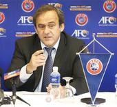 El presidente de la UEFA, Michel Platini, sigue fervientemente en contra del uso de la tecnología de línea de gol, que la FIFA empleó por primera vez en el Mundial de Clubes, y dijo el martes que el dinero sería mejor empleado en desarrollar el juego. En la imagen, Platini durante un acto en Kuala Lumpur, el 11 de diciembre de 2012. REUTERS/Bazuki Muhammad