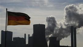 <p>L'indice ZEW qui mesure le sentiment des investisseurs en Allemagne s'est amélioré beaucoup plus que prévu en décembre, passant de -15,7 à 6,9 et revenant en territoire positif pour la première fois depuis mai 2012. /Photo prise le 11 octobre 2012/REUTERS/Wolfgang Rattay</p>