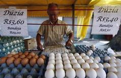 Vendedor embrulha caixa de ovos em jornal em feira livre na Vila Madalena, em São Paulo, em fevereiro de 2011. Índice de Preços ao Consumidor (IPC) de São Paulo subiu 0,70 por cento na primeira quadrissemana de dezembro, informou a Fundação Instituto de Pesquisas Econômicas (Fipe). 26/02/2011 REUTERS/Nacho Doce