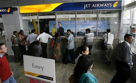 Passengers crowd at the Jet Airways ticketing counters at the domestic airport terminal in Mumbai September 9, 2009. REUTERS/Punit Paranjpe/Files